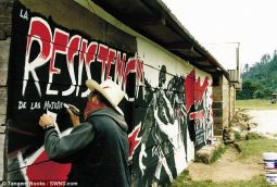 """Primera foto """"oficial"""" de Banksy, durante su estancia en Chiapas"""